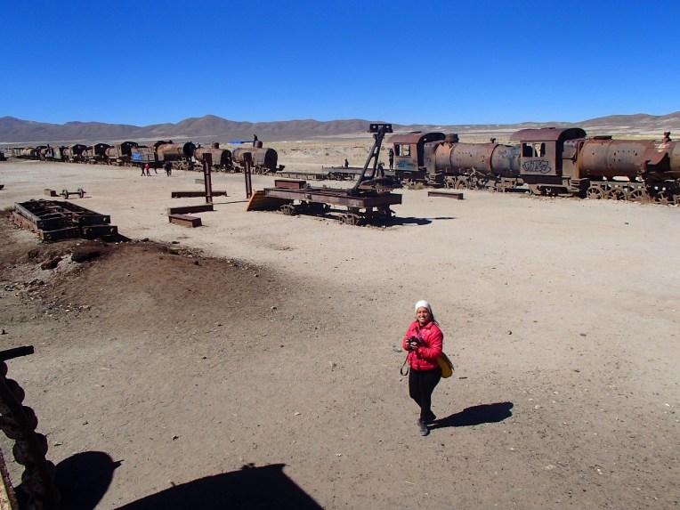 Michele caminhando em meio ao cemitério de trens de Uyuni