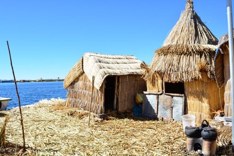 Pequenas casas das ilhas de Uros. No canto, o pequeno fogão comunitário.
