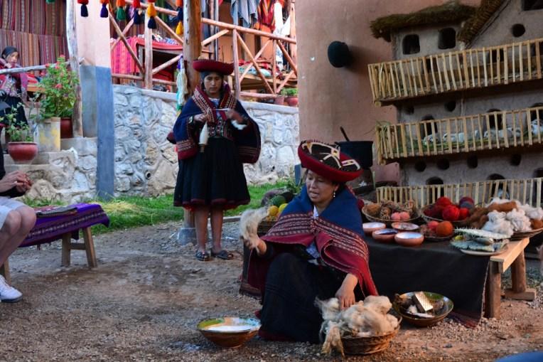 Indígenas de Chinchero ensinando como tratam a lã para fazer suas vestimentas.