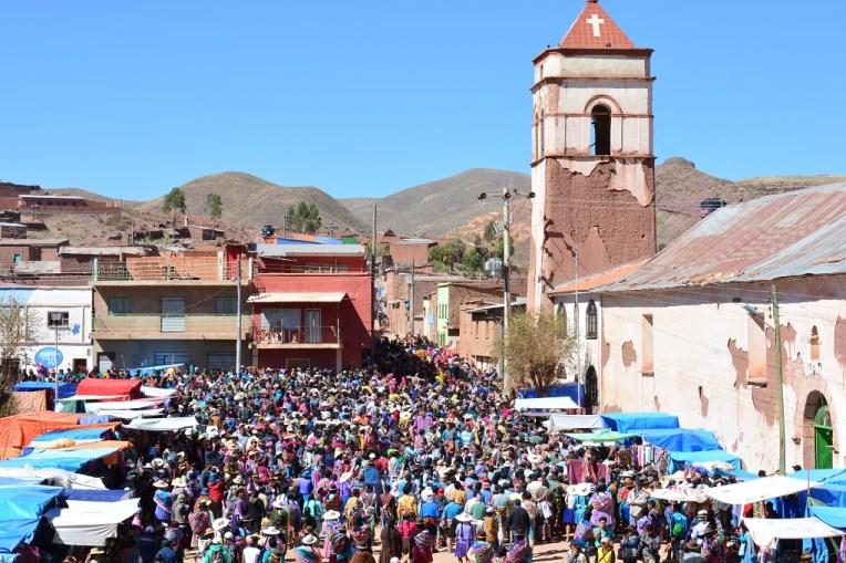 Multidão durante o Tinku em Macha