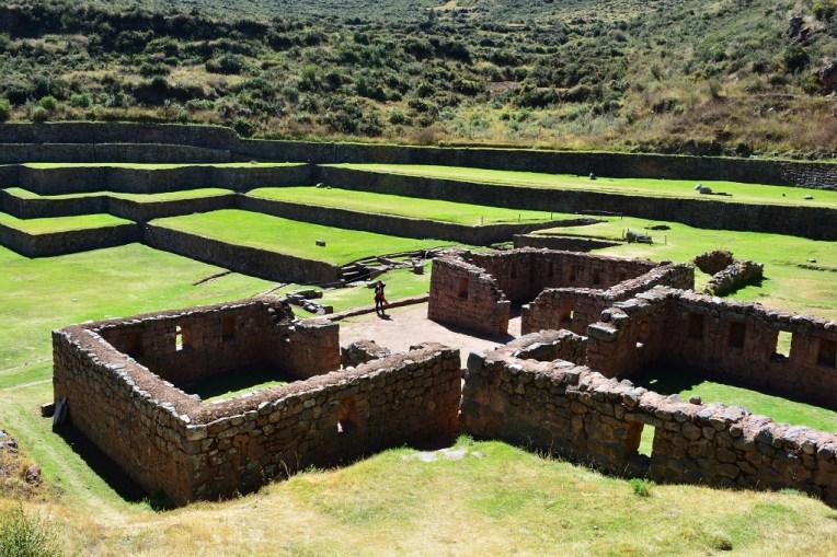 Ruínas de Tipón, com as terraças de plantações ao fundo.