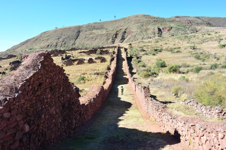 Caminhando entre as muralhas de Pikillacta.