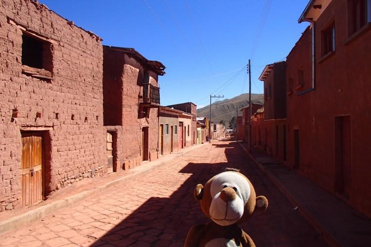 Mucuvinha nas ruas tranquilas de Macha antes do Tinku