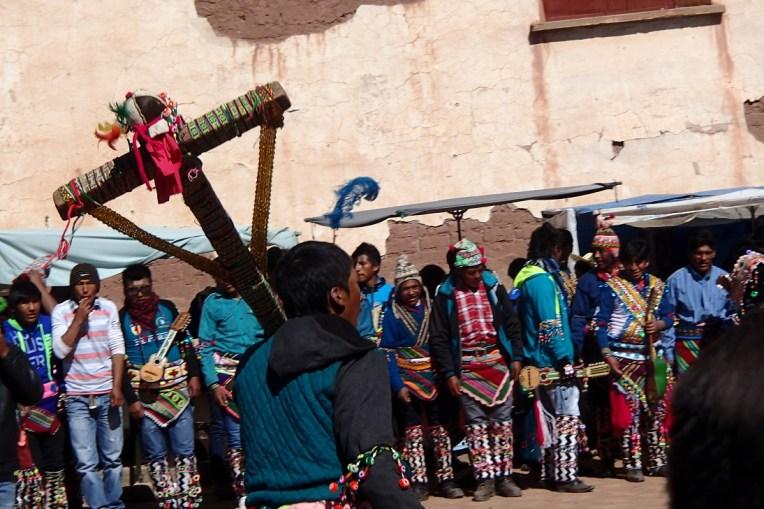 Homem carrega uma cruz durante o Tinku em Macha, Bolívia