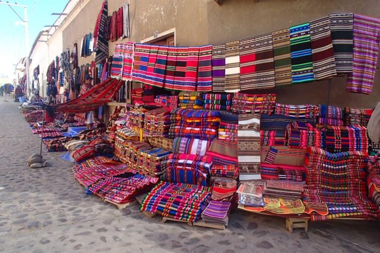 Tecidos à venda na Feira de Tarabuco, Bolívia