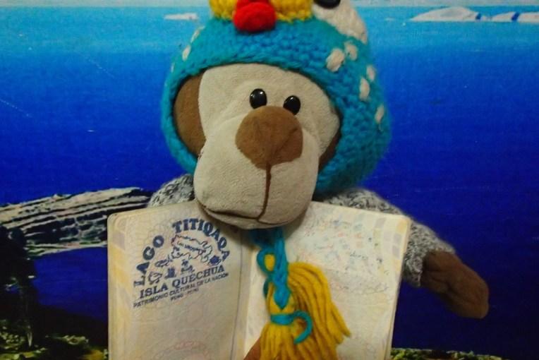 Mucuvinha com o carimbo do lago Titicaca no passaporte