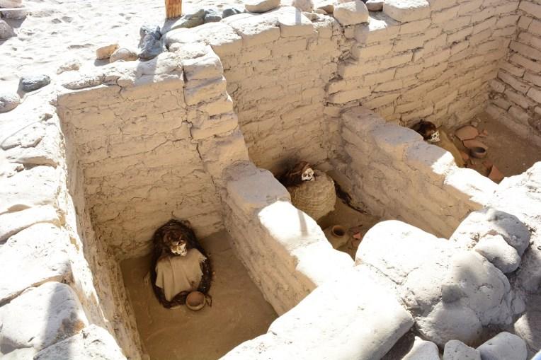 Múmias dispostas em seus túmulos no cemitério de Chauchilla
