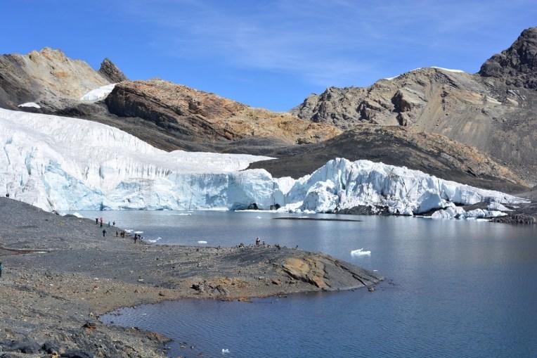 As pessoas parecem formigas perto do glacial Pastoruri