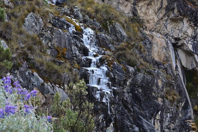 Algumas cachoeiras congeladas pelo caminho.