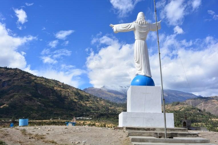 Estátua de Cristo, pedindo paz a Huascarán
