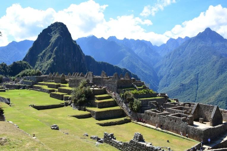 Toda esta área verde era a praça central de Machu Picchu