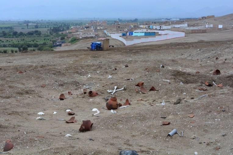 Restos humanos e algumas relíquias encontrados nas dunas de Caleta Vidal