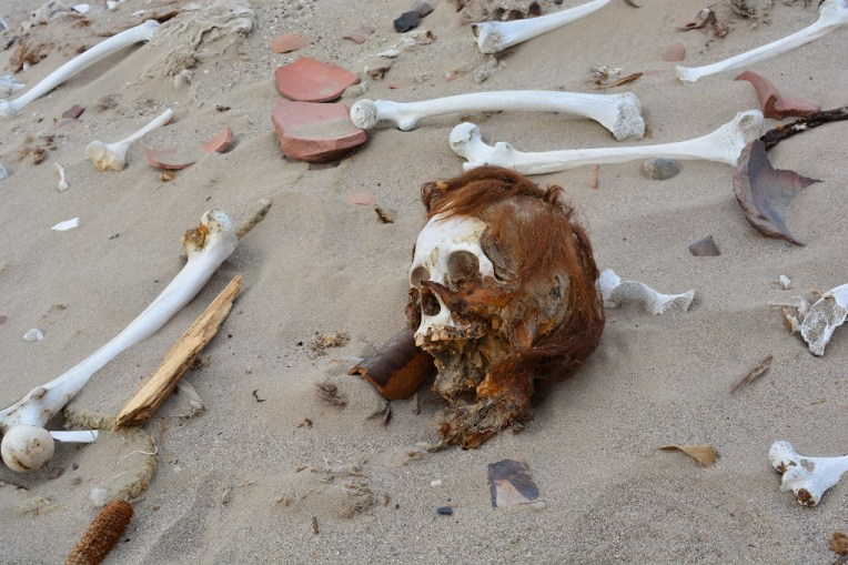 Crânio de múmia no Deserto de Nazca