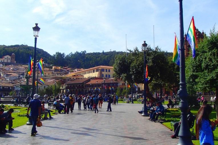 A Plaza de Armas repleta de bandeiras de Cusco, que se confundem com as do movimento gay