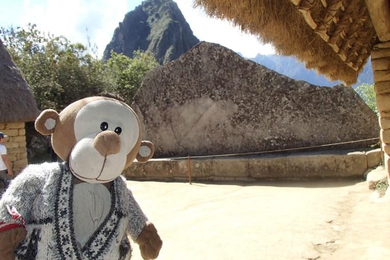 Mucuvinha em frente à Pedra Cerimonial de Machu Picchu