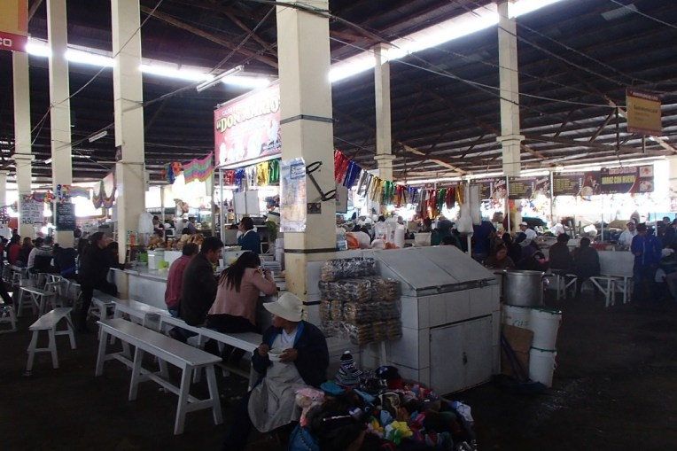 Pessoas almoçando no Mercado Central de Cusco