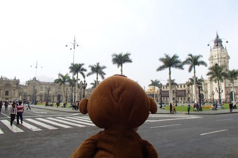 Mucuvinha em frente à Plaza de Armas de Lima