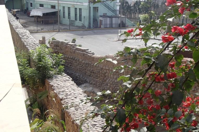 Ruínas da antiga muralha que protegia Lima, no Parque de la Muralla, centro