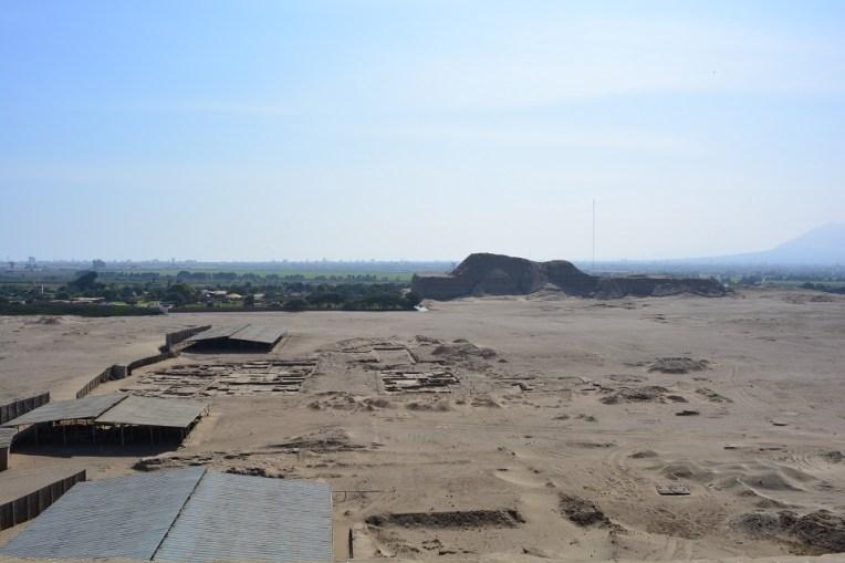 Ruínas da antiga cidade de Moche, com a Huaca do Sol ao fundo
