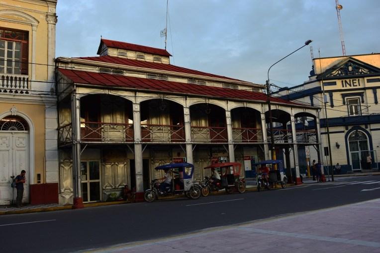 Casa de ferro projetada por Eiffel, ao lado da Plaza de Armas de Iquitos
