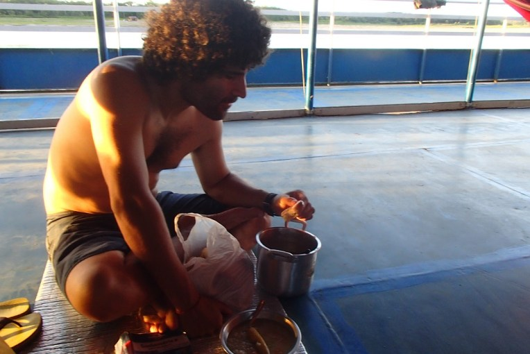 Jantando no barco para Iquitos