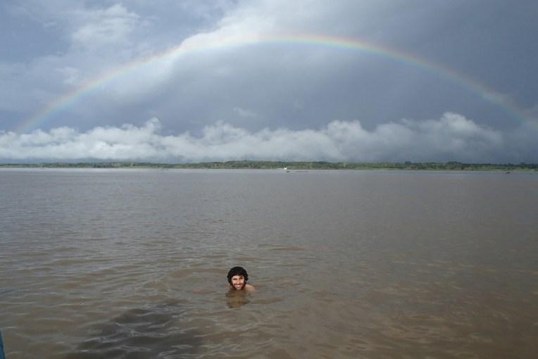 Mergulhando com golfinhos no rio Amazonas. Infelizmente eles não se aproximaram, mas já valeu pelo visual!