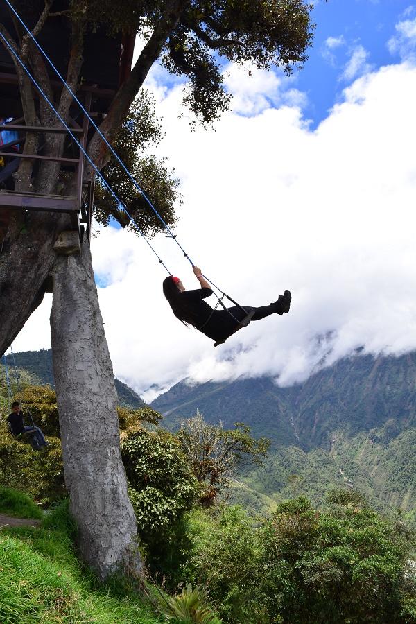 """Michele se balançando no """"balanço do fim do mundo"""", em Baños"""