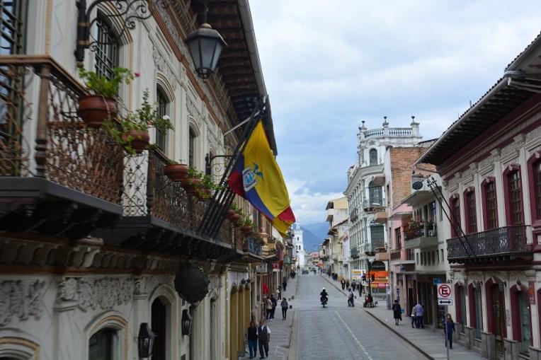 O ônibus panorâmico te oferece uma bela vista da arquitetura colonial de Cuenca