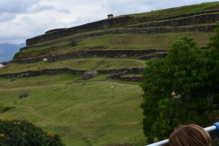 Ruínas incas em Cuenca, que podem ser avistadas no recorrido do ônibus turístico