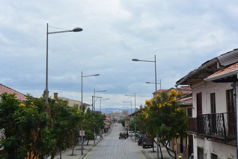 Bela rua de Cuenca visitada pelo ônibus turístico