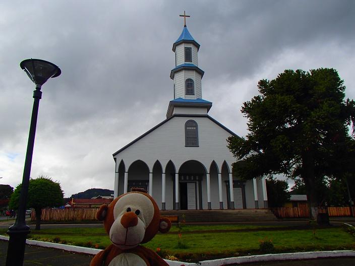 Mucuvinha em frente a uma das belas igrejas de madeira de Chiloé