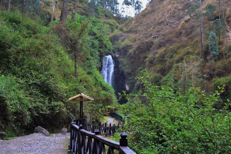 Caminho para a cachoeira de Peguche