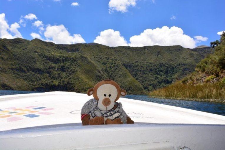 Mucuvinha passeando de barco na lagoa Cuicocha