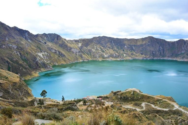 Bela cor da Lagoa Quitotoa, localizada dentro da cratera de um vulcão.