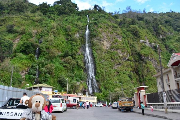 Mucuvinha em frente a uma cachoeira de Baños