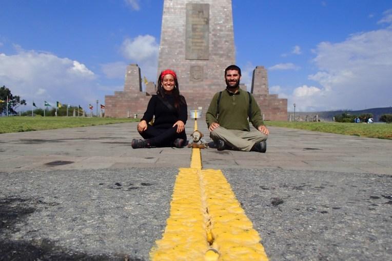 Nós em frente ao monumento da Mitad del Mundo, Quito, Equador