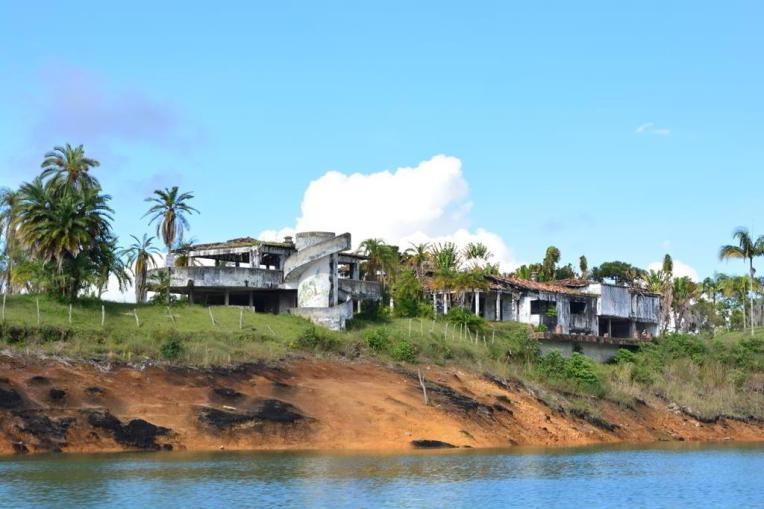 Antigas residências de Pablo Escobar em Guatapé, atacadas pelo Cartel de Cali.