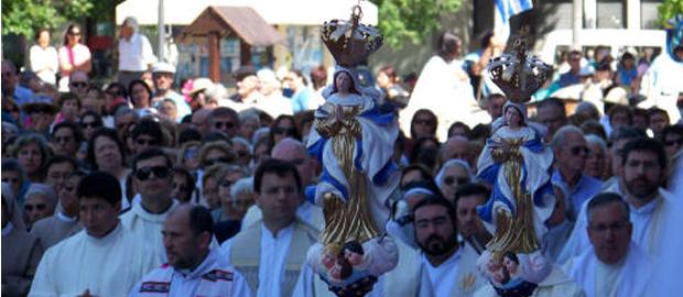 Procissão em devoção a Virgem dos Trinta e Três