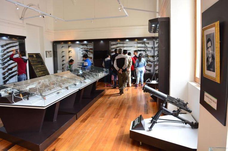 Acervo de armas no Museu da Polícia de Bogotá