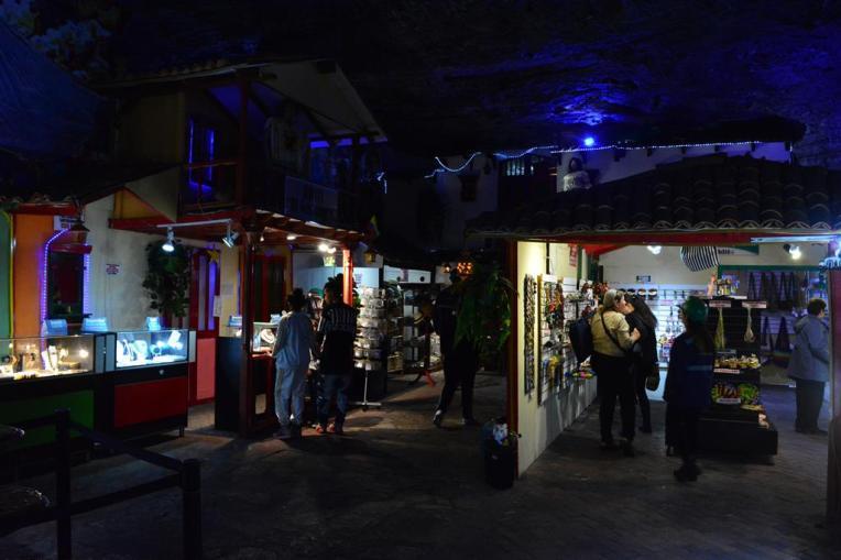 Lojas de joias e lembranças dentro das galerias da mina de Zipaquirá