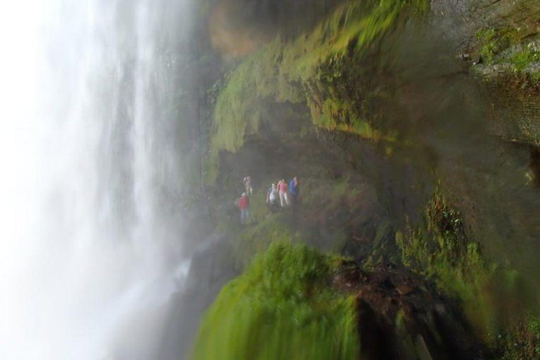A trilha que segue por trás da cachoeira