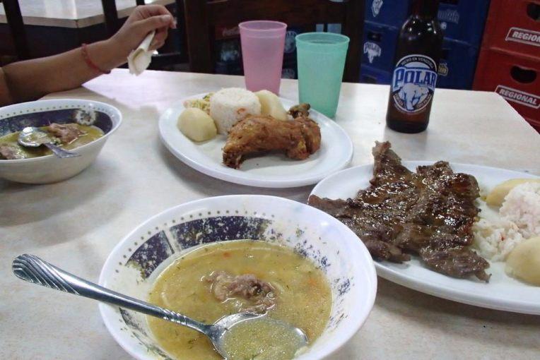 Nossa primeira refeição venezuelana
