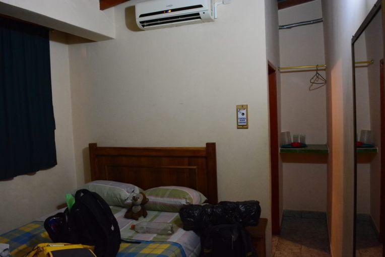 Nosso primeiro hotel na Venezuela: banheiro privado com água quente, ar condicionado e tv - apenas 12 reais.