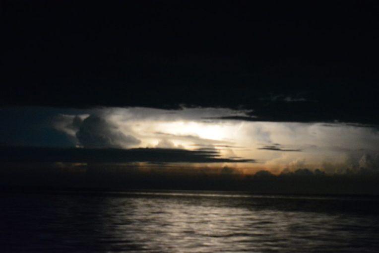 Clarão pela madrugada no lago de Maracaibo