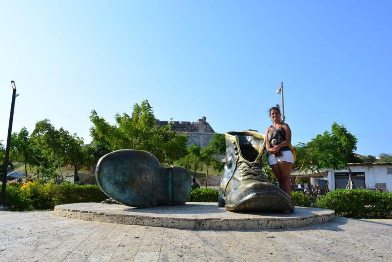 """Monumento aos """"sapatos velhos"""" em Cartagena"""