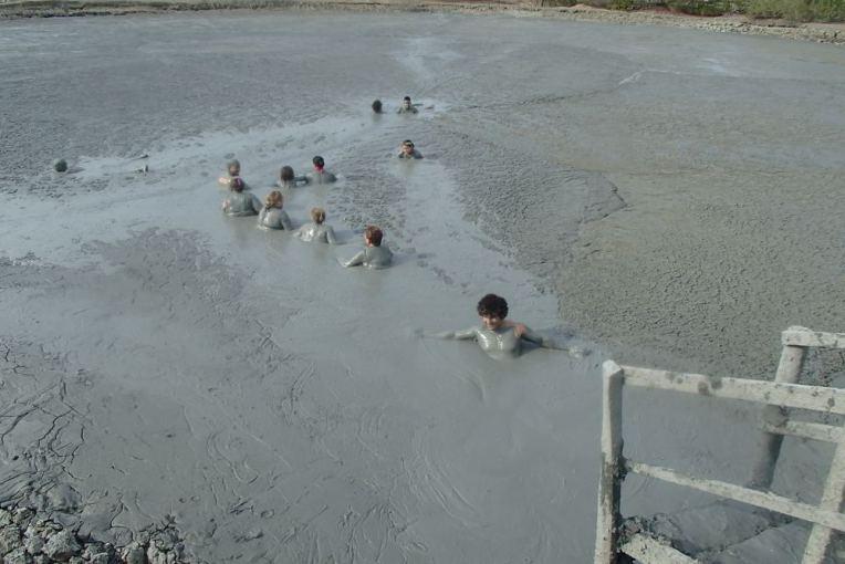 Mergulhando na lama do vulcão de lodo de Arboletes
