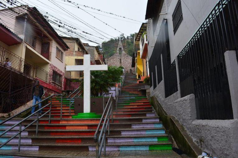 Escadaria em um dos bairros de Tegucigalpa