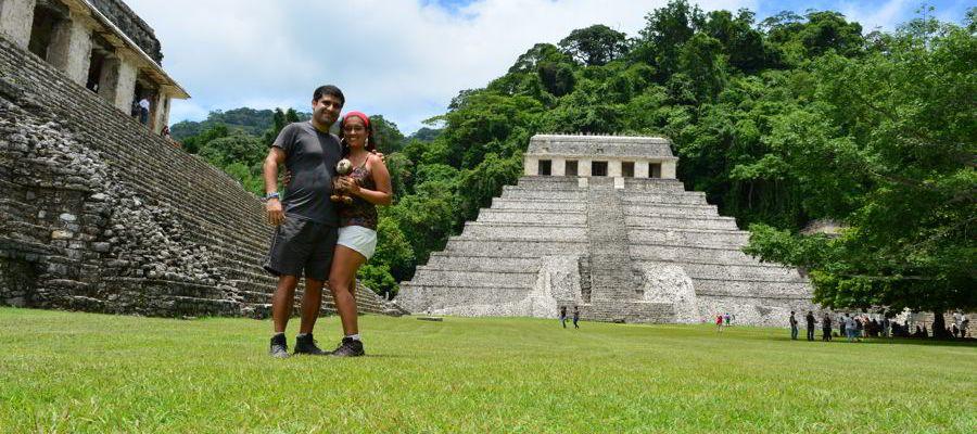 Em frente ao Templo de las Inscripciones, em Palenque