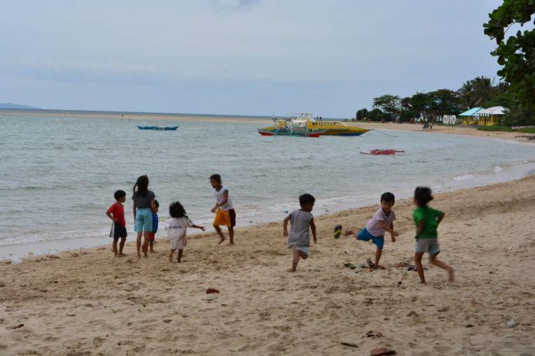 Crianças brincando na praia de Cuyo