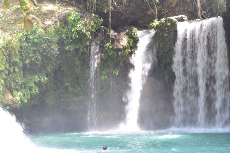 Saltando na cachoeira de Kawasan, Filipinas
